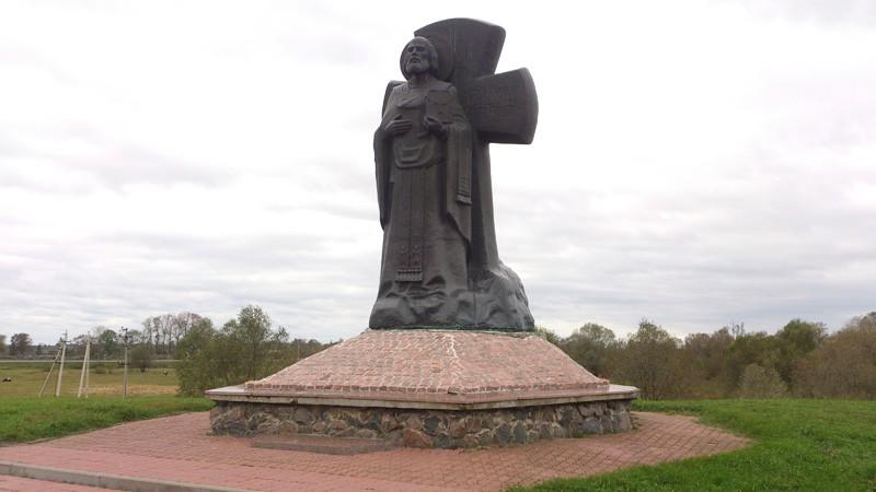 Туров, памятник Кириллу Туровскому на замковой горе.