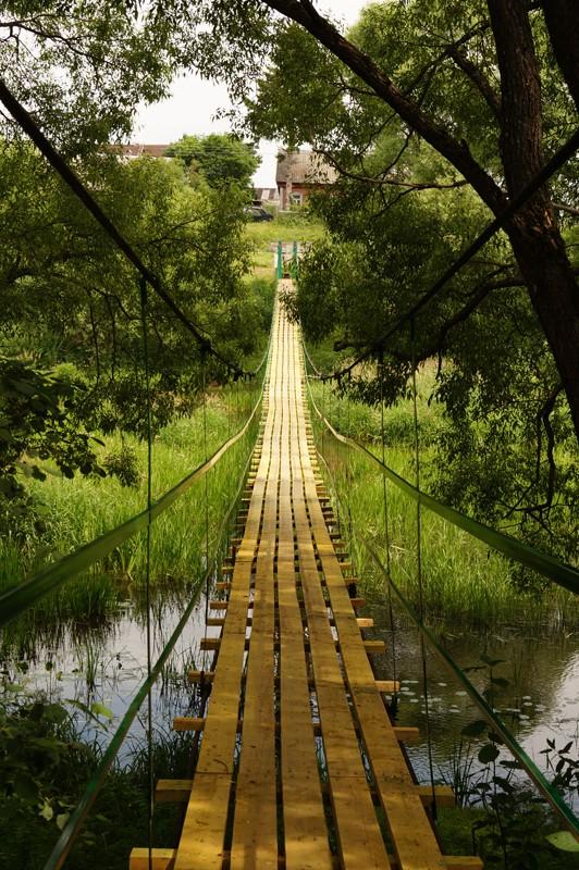 """Истомино, подвесной мост, соединяющий деревни Истомино и Слободку,  здесь снимался сериал """"Участок""""."""
