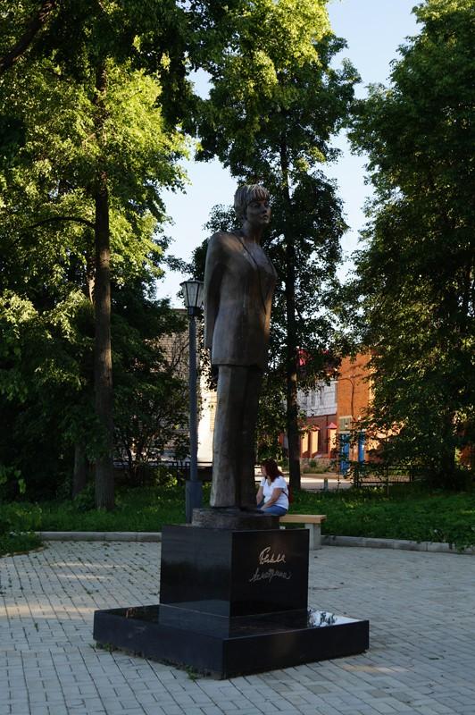 Таруса, памятник Б. А. Ахмадулиной.